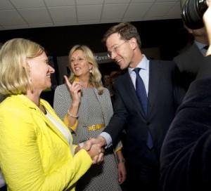 Jacqueline Zuidweg en Jannie van den Berg met minister-president Mark Rutte